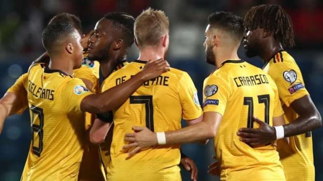 Para pemain Timnas Belgia merayakan gol Michy Batshuayi (kedua dari kiri)