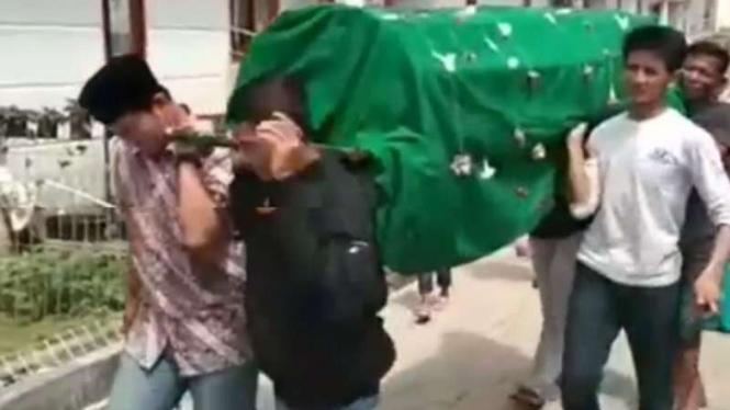 Jenazah Rayya dibawa ke masjid.
