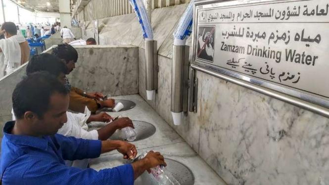 Jemaah mengambil air zamzam untuk diminum di kawasan Masjidil Haram