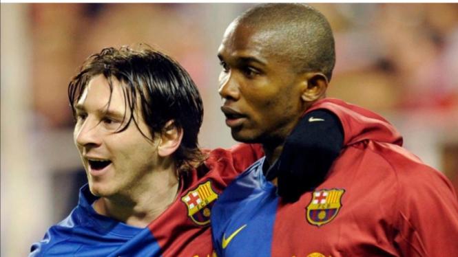 Mantan Penyerang Barcelona, Samuel Eto'o (kanan)