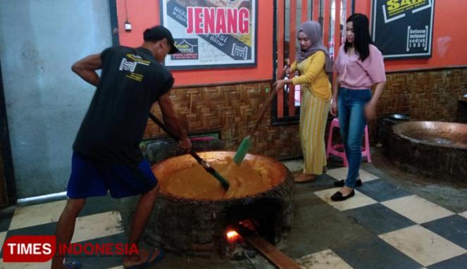 https://thumb.viva.co.id/media/frontend/thumbs3/2019/09/07/5d73b58ebceed-ada-wisata-edukasi-pembuatan-jenang-di-jombang_663_382.jpg