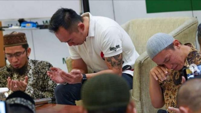 Freddy Siauw bersama adiknya, Ustaz Felix Siauw dan Ustaz Adi Hidayat.
