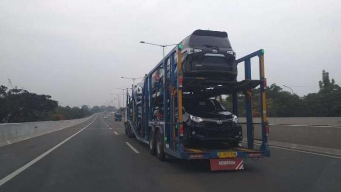 Toyota Calya (bawah) baru, dikirim tanpa selubung