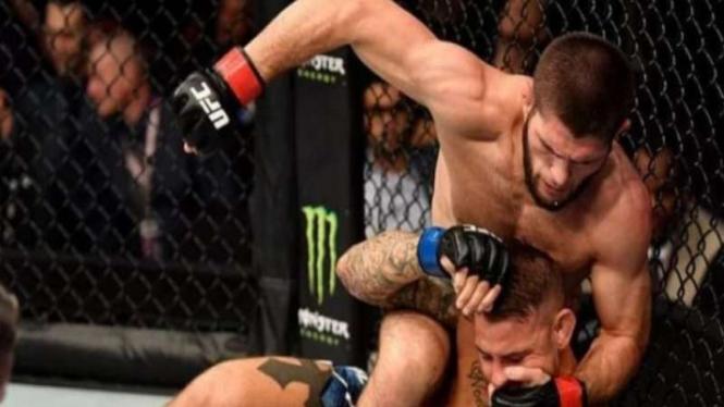 Aksi petarung Khabib Nurmagomedov kalahkan Dustin Porier di UFC242