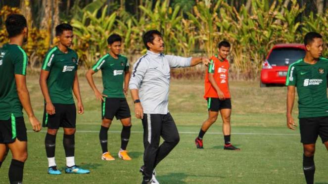 Pelatih Timnas Indonesia U-23, Indra Sjafri memimpin latihan.