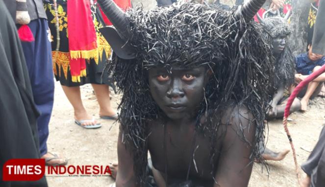 https://thumb.viva.co.id/media/frontend/thumbs3/2019/09/08/5d750f41aebb7-mengenal-tradisi-keboan-aliyan-di-banyuwangi_663_382.jpg