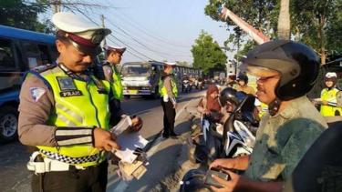 Polisi memeriksa Bapaknya sendiri saat Operasi Patuh 2019