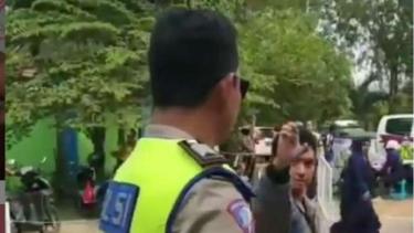 Pengendara yang menolak ditilang mengeluarkan jurus andalannya