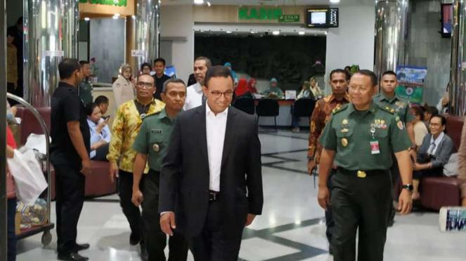 Gubernur DKI Jakarta, Anies Rasyid Baswedan menjenguk Presiden ke-3 BJ Habibie.