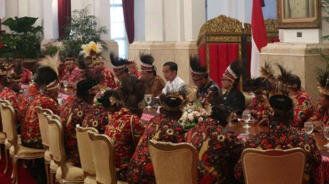 Presiden Joko widodo dan para tokoh Papua di Istana Negara.