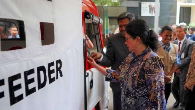 Menteri Kesehatan, Nila Moeloek melihat-lihat AMMDes