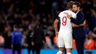Pelatih Timnas Inggris, Gareth Southgate, memeluk Harry Kane usai laga
