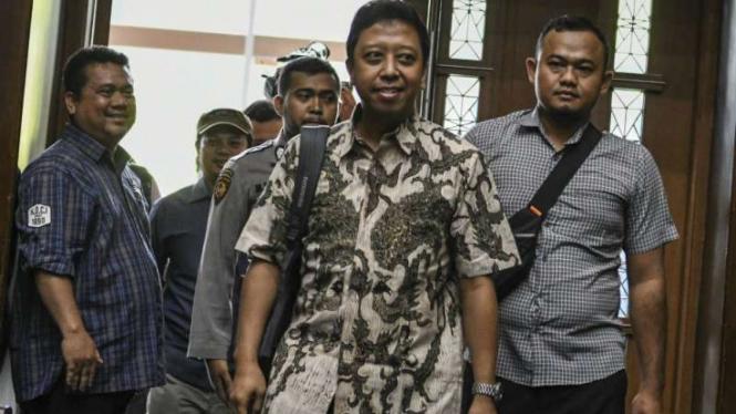Mantan Ketum PPP Romahurmuziy menjalani sidang dakwaan di Pengadilan Tipikor.