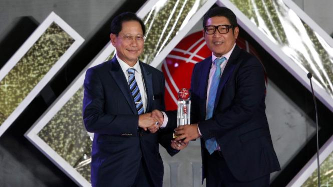 Presiden Direktur BCA Jahja Setiaatmadja (kiri) menerima penghargaan 'Lifetime Achievement' yang diserahkan oleh Direktur Utama PT Bursa Efek Indonesia Inarno Djajadi (kanan) pada ajang IDX Channel Innovation Awards 2019 di Jakarta, Rabu (14/08)