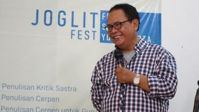 Indra Tranggono dalam pengantar Workshop Penulisan Cerpen Festival Sastra Yogyakarta photo : Joglitfest