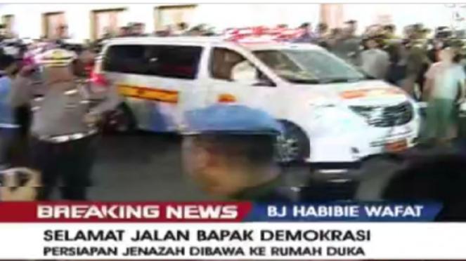 Ambulans yang membawa jenazah Habibie ke rumah duka di Patra Kuningan