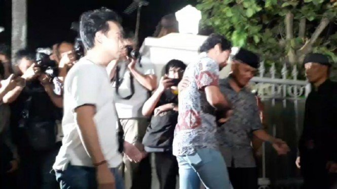 Reza Rahadian sampai di rumah duka almarhum BJ Habibie