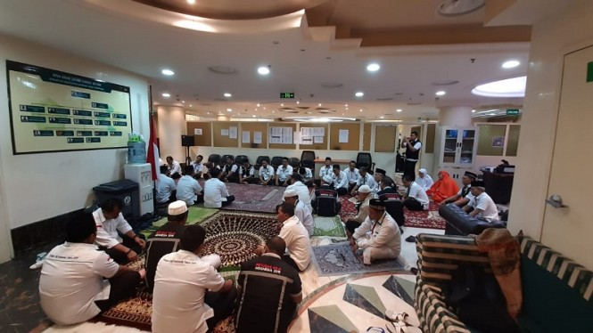 Petugas haji Madinah menggelar salat gaib dan doa bersama untuk Habibie