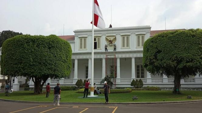 Proses pemasangan Garuda Pancasila raksasa di salah satu sudut Istana Negara, Jakarta oleh para seniman diawasi langsung Paspampres.