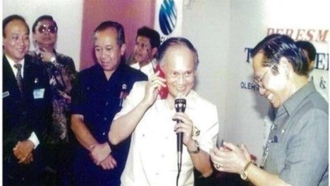 2 September 1994, Bapak Habibie meresmikan pengoperasian Telkomsel GSM