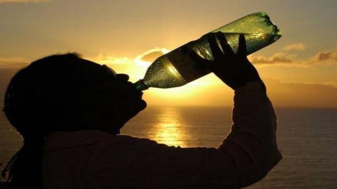 Minum air dari botol plastik