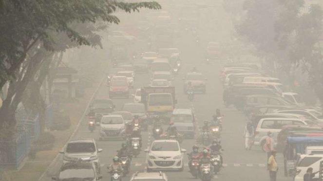 Pengendara kendaraan bermotor menembus kabut asap pekat dampak dari kebekaran hutan dan lahan di Pekanbaru, Riau, Jumat (13/9/2019). Masyarakat di Provinsi Sumatera Utara kini juga terpapar kabut asap.