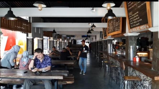 Loko Kafe buka setiap hari 24 jam untuk melayani pengunjung dan wisatawan mancanegara