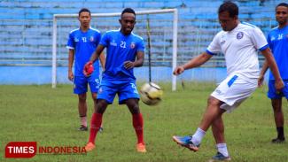 Ricky Kayame bersama pemain Arema FC saat latihan. (FOTO: Dok. TIMES Indonesia)