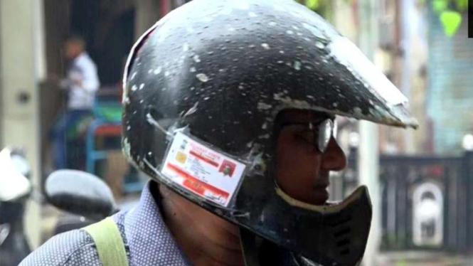 Rampal Shah menempel SIM dan STNK di helm