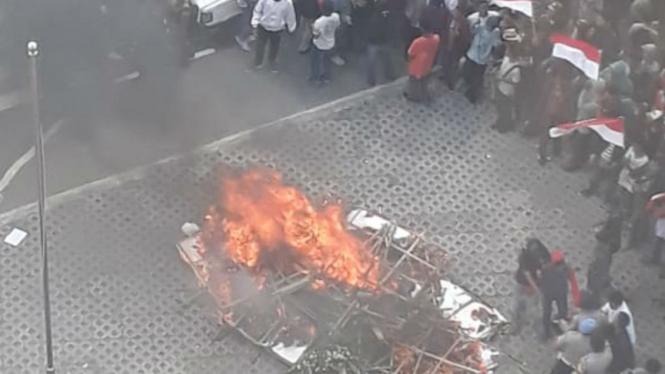 Karangan bunga dibakar di depan gedung KPK