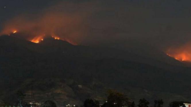 Kebakaran hutan di Gunung Merbabu terlihat dari Selo, Boyolali