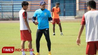 Pelatih Persela, Nil Maizar (biru muda), memberikan arahan kepada pemain dalam sesi latihan di Stadion Surajaya Lamongan, Jum