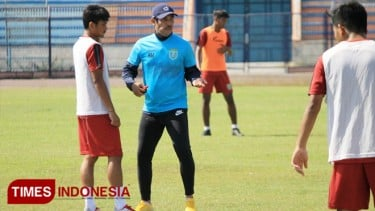 https://thumb.viva.co.id/media/frontend/thumbs3/2019/09/14/5d7c3cc1c2a40-lawan-persipura-persela-tanpa-top-skor-liga_375_211.jpg