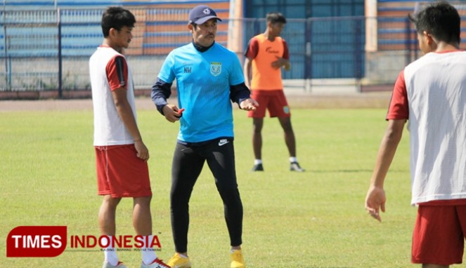 https://thumb.viva.co.id/media/frontend/thumbs3/2019/09/14/5d7c3cc1c2a40-lawan-persipura-persela-tanpa-top-skor-liga_663_382.jpg