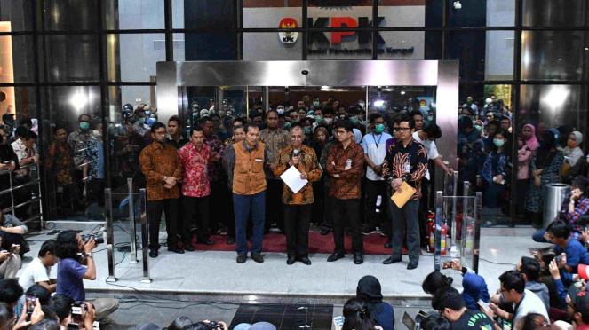 Tiga pimpinan KPK konferensi pers nyatakan kembalikan mandat ke Presiden Jokowi