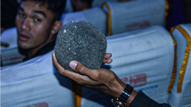 Batu yang digunakan oknum suporter untuk melempari bus Persib Bandung