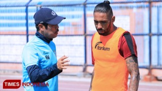 Pelatih Persela, Nil Maizar bediskusi dengan stoper anyar Persela, Demerson Bruno Costa, (FOTO: MFA Rohmatillah/TIMES Indonesia)