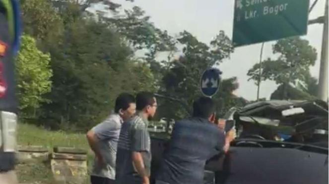 Kecelakaan lalu lintas terjadi di ruas Tol Jagorawi arah Jakarta.