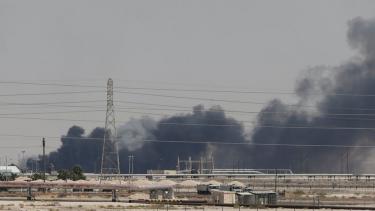 https://thumb.viva.co.id/media/frontend/thumbs3/2019/09/15/5d7db47aa5c60-arab-saudi-pangkas-produksi-minyak-dan-gas-karena-serangan-dron-pada-kilang-minyak-terbesarnya_375_211.jpg