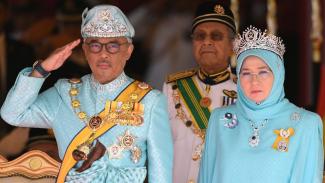Raja Permaisuri Agong bersama suaminya, Sultan keenam Pahang, Al-Sultan Abdullah Ri`ayatuddin Al-Mustafa Billah Syah Ibni Sultan Ahmad Syah Al-Musta`in Billah - AFP