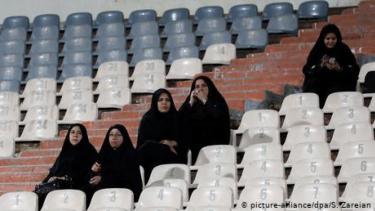 https://thumb.viva.co.id/media/frontend/thumbs3/2019/09/15/5d7e43fb2371c-ramai-di-medsos-dilarang-nonton-bola-di-stadion-perempuan-iran-bakar-diri_375_211.jpg