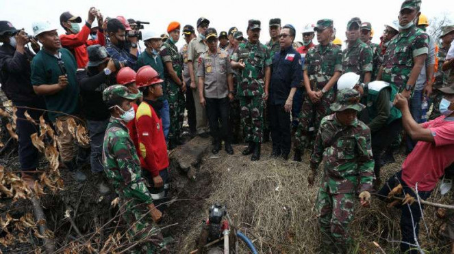 Kapolri dan Panglima TNI meninjau titik kebarakan hutan dan lanan di Riau