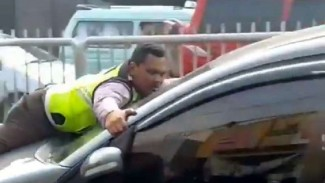 Polisi mencegah pengemudi mobil melarikan diri.
