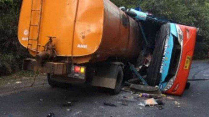 Kecelakaan antara Bus Rosalia Indah dan truk tangki di Lampung.