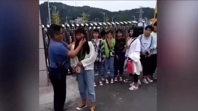 Guru menghapus makeup murid pakai kain pel