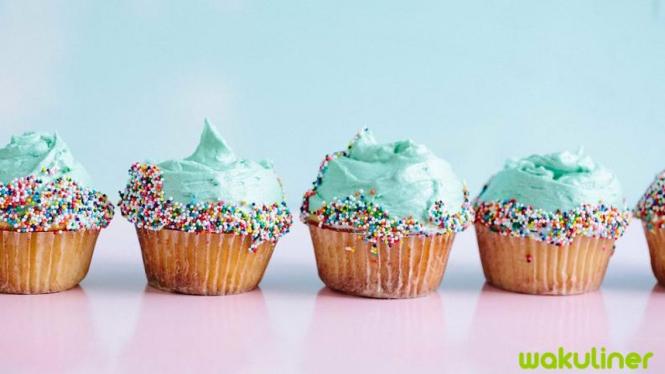 Ikuti cara memakan cupcake yang benar!
