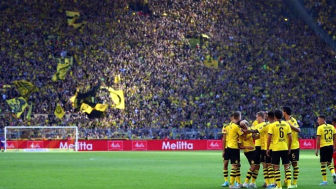 Pemain Borussia Dortmund di SIgnal Iduna Park.