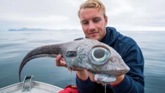 Oscar Lundahl dengan ikan tangkapannya