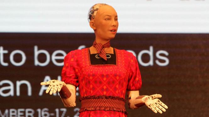 Robot Sophia pakai kebaya ketika berkunjung ke Indonesia.