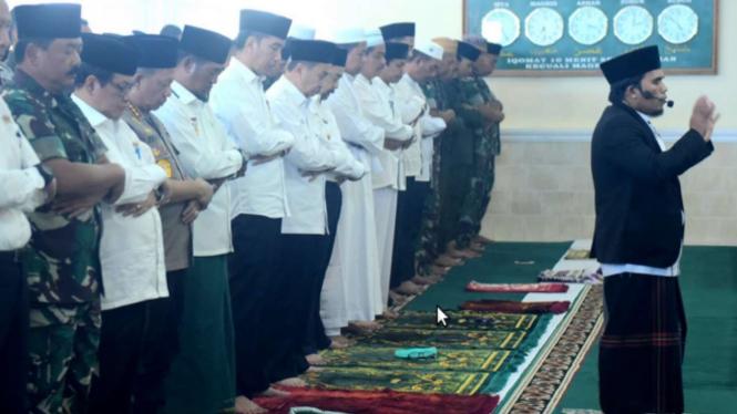 Jokowi bersama para pejabat lakukan salat Istisqa di Masjid Amrullah, Pekanbaru